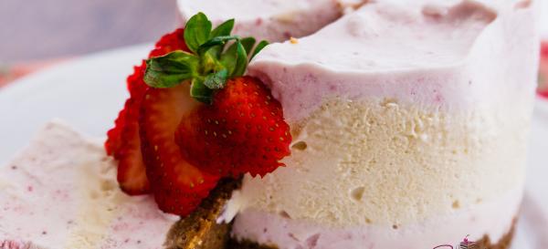 Strawberries & Honey No-Churn Ice Cream Cake with Speculoos crust.